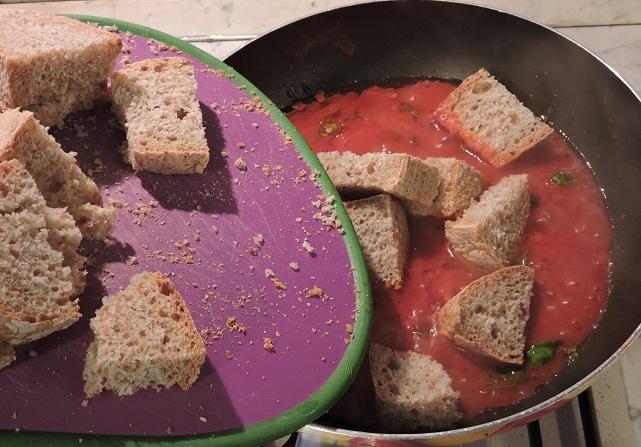 dodanie_zytniego_chleba_do_pomidorow_moja_toskania