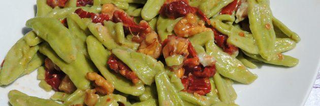 Viva la pasta! cz.69 Makaron szpinakowy z suszonymi pomidorami, orzechami i gorgonzolą