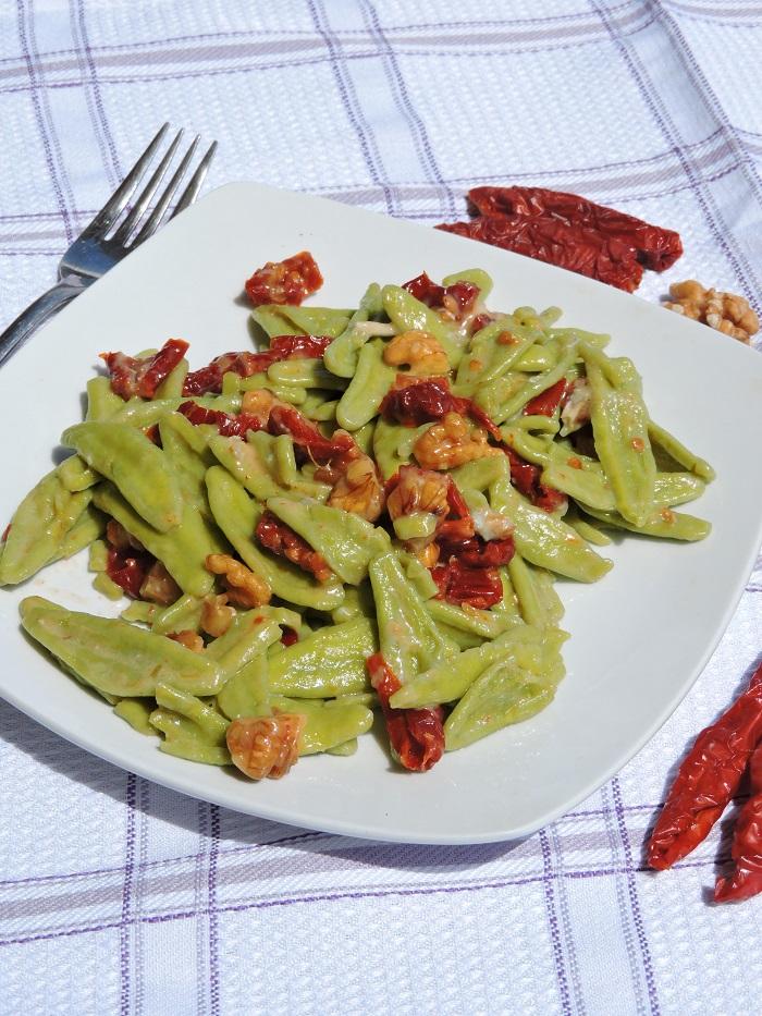 zielony_makaron_z_gorgonzola_orzechami_suszonymi_pomidorami_moja_toskania