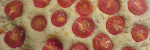 Słone ciasto z cebulą i pomidorkami czereśniowymi