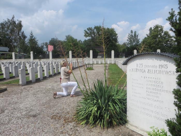 Mazena fotografujaca cmentarz