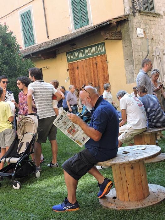 czytanie_gazety_na_zielonej_sali_moja_toskania