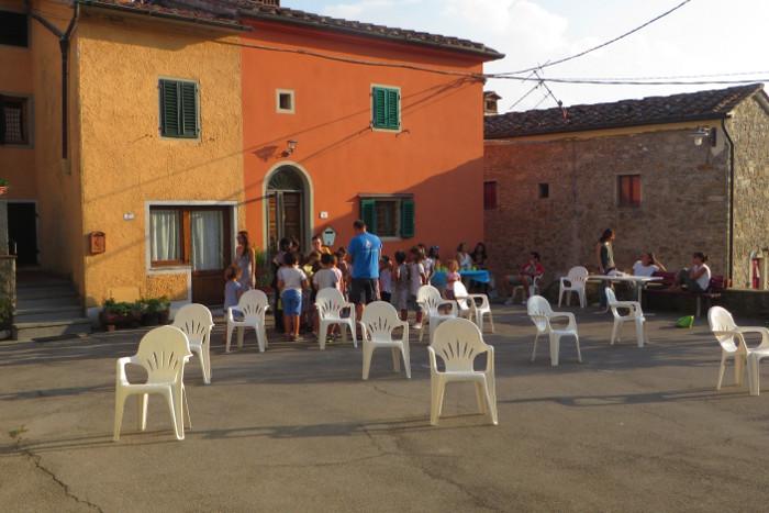 krzesla_na_placu_moja_toskania