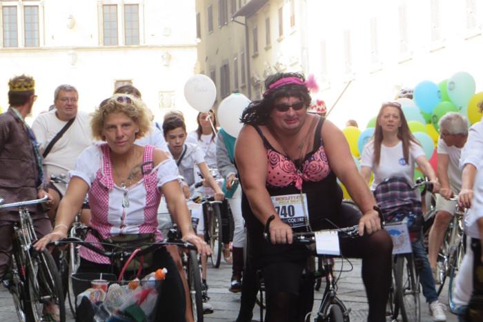 panowie_przebrani_na_rowerach_moja_toskania