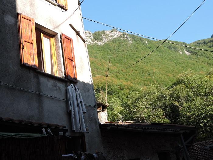 szlafrok_powieszony_na_oknie_moja_toskania
