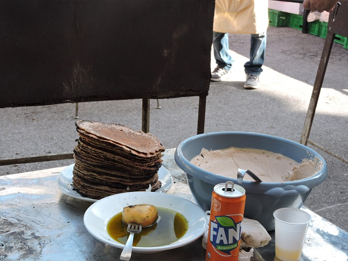 Polowka ziemniaka sluzy do posmarowania patelni oliwa z oliwek