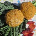Kukurydziane bułki z czarną kapustą, suszonymi pomidorami i cebulą