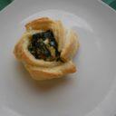 Róże z ciasta francuskiego oraz ze szpinakiem i ricottą